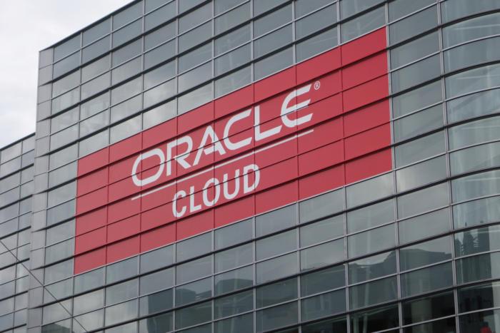 20151027-oracle-cloud-on-building-100625234-orig-100696123-large (1)
